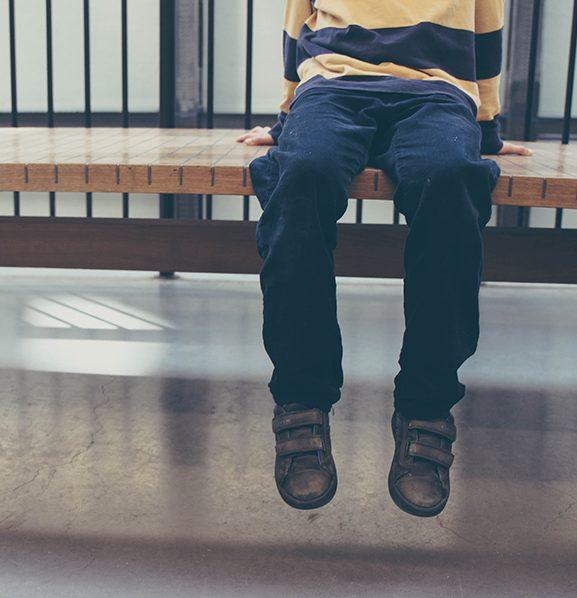 Lapsi odottaa aulassa. Kuvituskuva avio ositus ja huoltajuuskiistat.